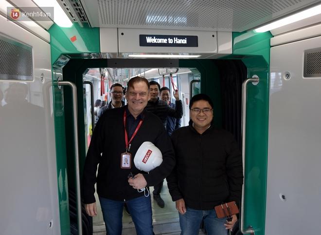 Ảnh, clip: Người Hà Nội hào hứng tham quan đoàn tàu metro đầu tiên Nhổn - ga Hà Nội - ảnh 13