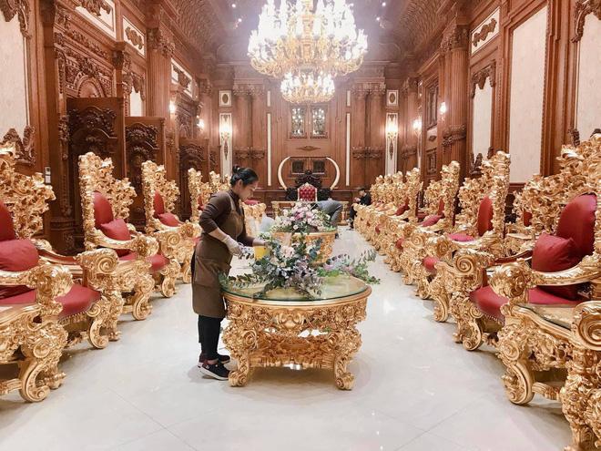 """Xôn xao đám cưới """"Kh.ủng"""" tại lâu đài dát vàng ở Ninh Bình: Thực đơn gồm súp tổ yến, gan ngỗng Pháp, cua Hoàng đế Alaska; mời cả ca sĩ Cẩm Ly và Quốc Đại trình diễn - Ảnh 4."""