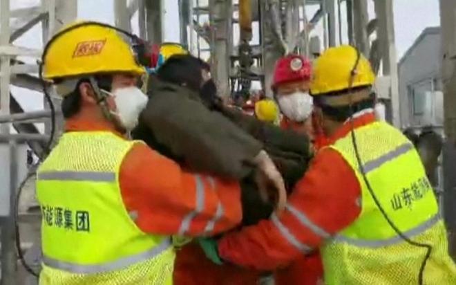 Trung Quốc giải cứu 11 thợ mỏ trong vụ sập mỏ vàng cách đây 2 tuần - ảnh 1