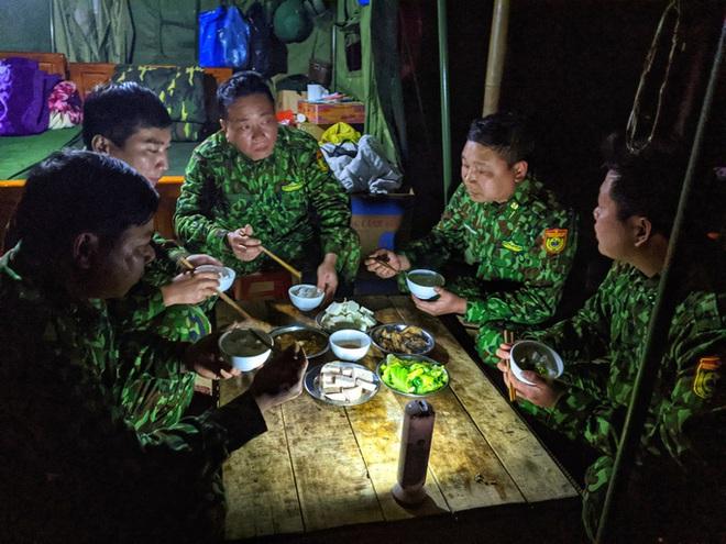 Cận cảnh cuộc sống của bộ đội biên phòng dưới cái rét cắt da cắt thịt nơi địa đầu Tổ quốc - ảnh 15
