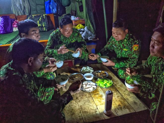 Cận cảnh cuộc sống của bộ đội biên phòng dưới cái rét cắt da cắt thịt nơi địa đầu Tổ quốc - ảnh 16