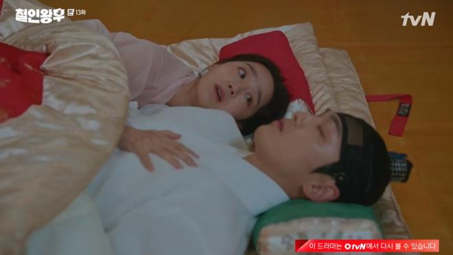 Tưởng Kim Jung Hyun là gái xinh, Shin Hye Sun chủ động đưa anh thượng lên giường ở Mr. Queen tập 13 - ảnh 5