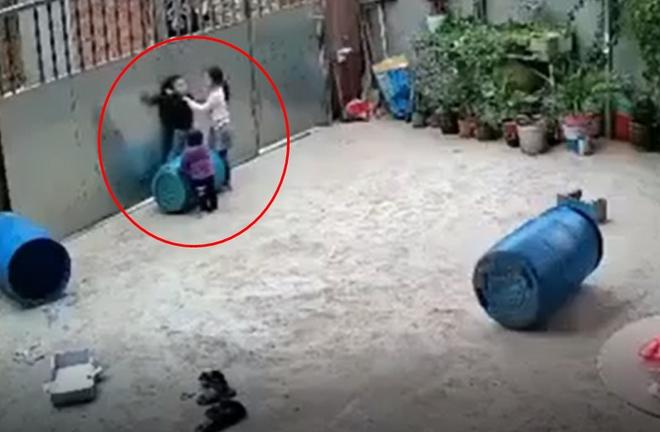 Clip: Bé trai bất ngờ tròng cổ vào dây rồi chới với khi tự chơi trong sân, được chị cứu kịp vẫn nằm gục dưới đất khiến nhiều người hoảng sợ - ảnh 1