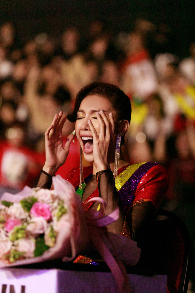 Hóa fan cuồng ở Chung kết Đại Sứ Hoàn Mỹ, Minh Tú liền được tặng loạt ảnh chế không cười không lấy tiền! - ảnh 3