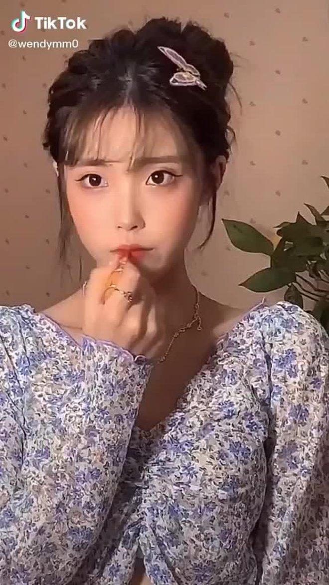 IU lại có chị em sinh đôi ở Trung Quốc, đến kiểu tóc lẫn makeup cũng y chang bản chính - ảnh 6