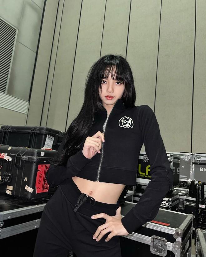 """Lisa (BLACKPINK) khoe tỉ lệ cơ thể cực phẩm cùng đôi chân """"bạc triệu"""" nhờ lên đồ """"cao tay"""", bảo sao lập ngay kỷ lục mới về lượt like khủng của celeb Hàn - ảnh 3"""