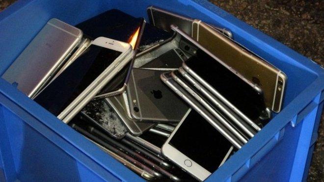 Xe tải tông nhau khiến hàng trăm chiếc iPhone nằm la liệt trên đường, rất may không có ai hôi của - ảnh 2