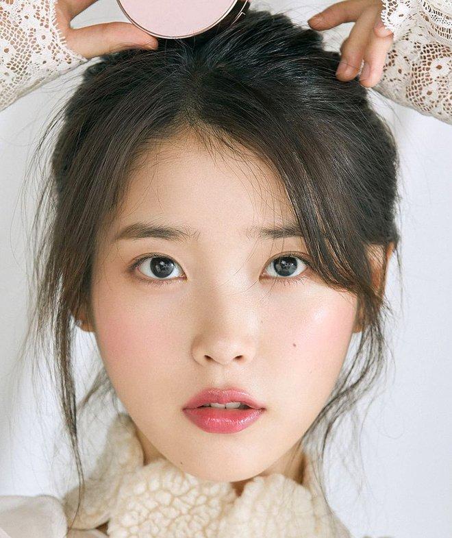 IU lại có chị em sinh đôi ở Trung Quốc, đến kiểu tóc lẫn makeup cũng y chang bản chính - ảnh 1