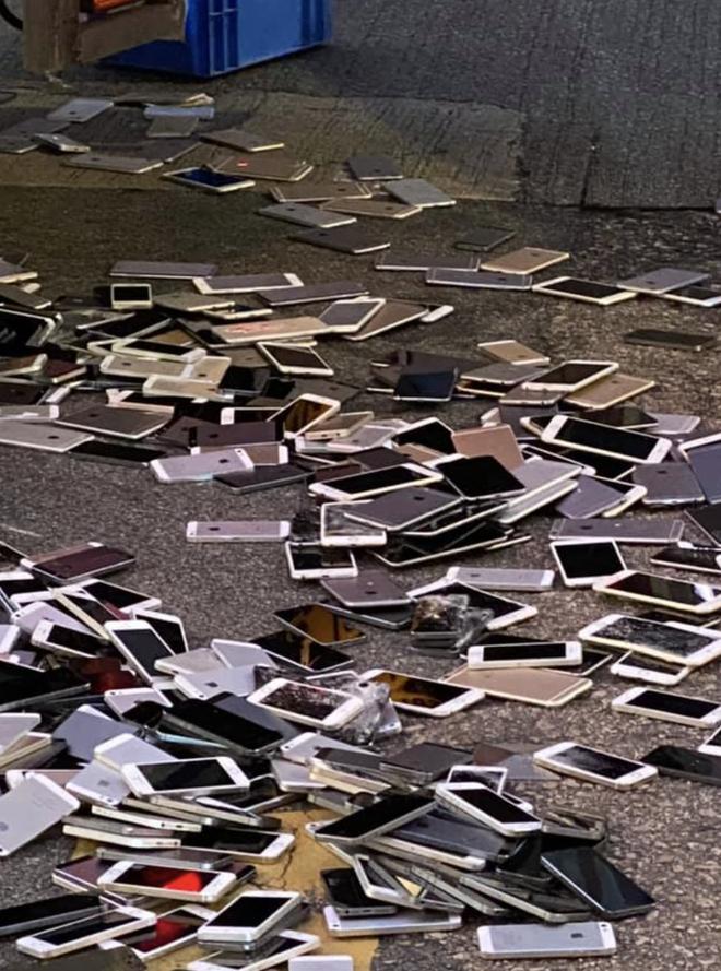 Xe tải tông nhau khiến hàng trăm chiếc iPhone nằm la liệt trên đường, rất may không có ai hôi của - ảnh 1