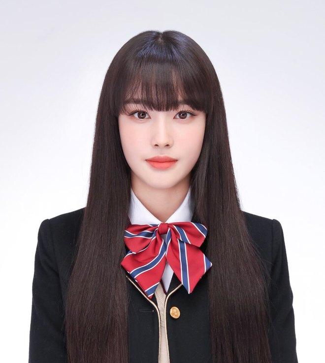 """Ảnh thẻ của tân binh để tóc mái đẹp nhất Kpop chỉ sau Lisa (BLACKPINK): Visual như búp bê, nhan sắc chấp luôn camera """"dìm"""" - ảnh 1"""