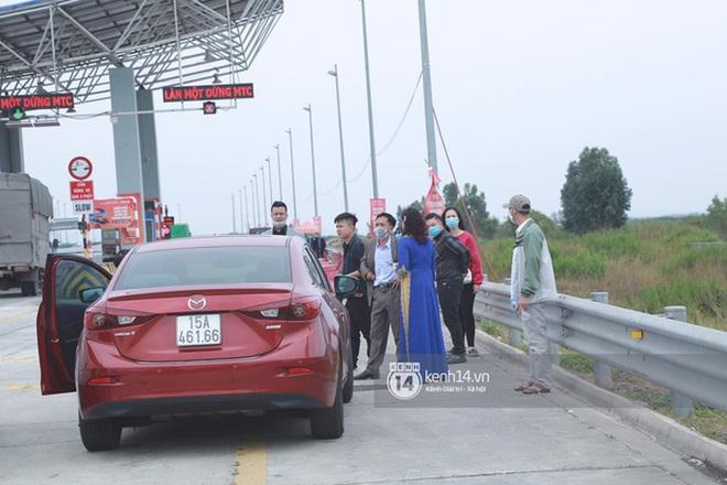 Câu chuyện nhà trai không được vào Quảng Ninh đón dâu vì Covid-19: Hai gia đình đã gặp gỡ, trao lễ ngay tại... trạm BOT - Ảnh 1.
