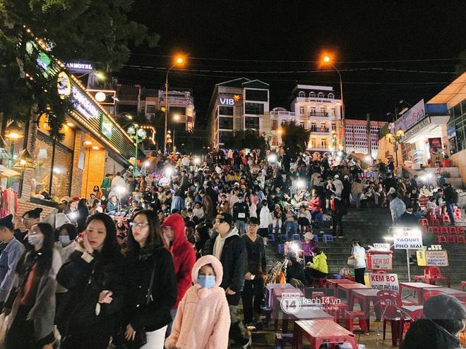 """Cảnh tượng trái ngược tại Đà Lạt trong ngày Chủ nhật đầu tiên của năm mới: Nơi đông chen không thở nổi, chỗ lại """"vắng tanh vắng lạnh"""" - Ảnh 6."""