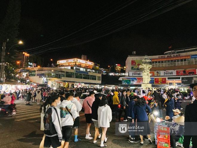 """Cảnh tượng trái ngược tại Đà Lạt trong ngày Chủ nhật đầu tiên của năm mới: Nơi đông chen không thở nổi, chỗ lại """"vắng tanh vắng lạnh"""" - Ảnh 8."""