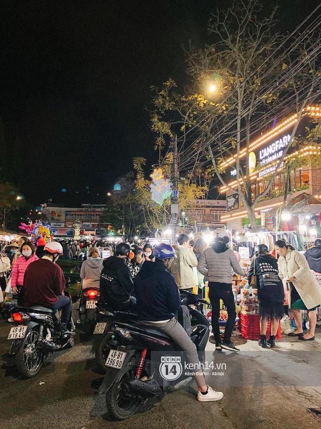 """Cảnh tượng trái ngược tại Đà Lạt trong ngày Chủ nhật đầu tiên của năm mới: Nơi đông chen không thở nổi, chỗ lại """"vắng tanh vắng lạnh"""" - Ảnh 12."""
