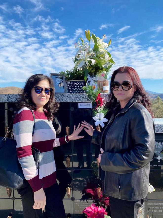 Ca sĩ Phương Loan, Chí Thiện cùng gia đình ra thăm mộ cố NS Chí Tài ngày  đầu năm mới, thần sắc của cô gây chú ý
