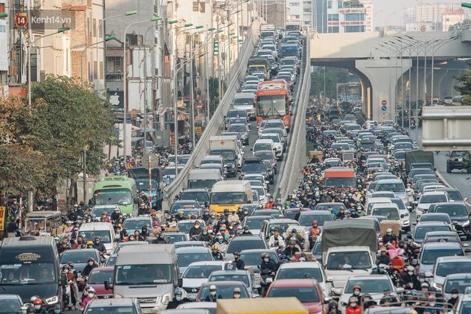 Ảnh: Người dân phi xe ào ào lên vỉa hè để tránh tắc đường, Chủ tịch Hà Nội yêu cầu xử lý nghiêm - Ảnh 2.