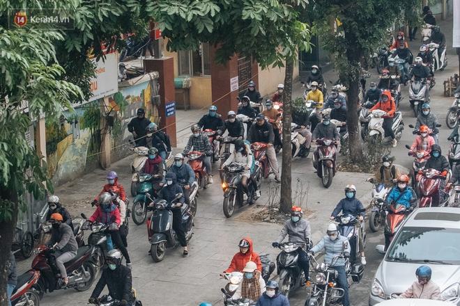Ảnh: Người dân phi xe ào ào lên vỉa hè để tránh tắc đường, Chủ tịch Hà Nội yêu cầu xử lý nghiêm - Ảnh 3.