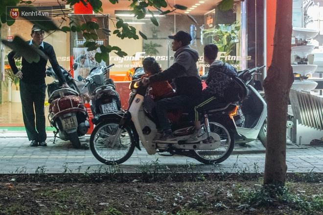 Ảnh: Người dân phi xe ào ào lên vỉa hè để tránh tắc đường, Chủ tịch Hà Nội yêu cầu xử lý nghiêm - Ảnh 16.