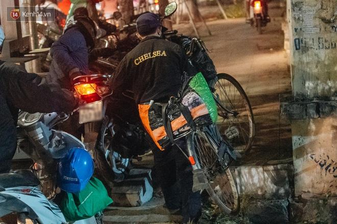 Ảnh: Người dân phi xe ào ào lên vỉa hè để tránh tắc đường, Chủ tịch Hà Nội yêu cầu xử lý nghiêm - Ảnh 10.