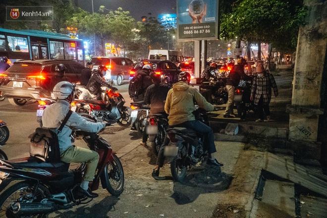 Ảnh: Người dân phi xe ào ào lên vỉa hè để tránh tắc đường, Chủ tịch Hà Nội yêu cầu xử lý nghiêm - Ảnh 8.