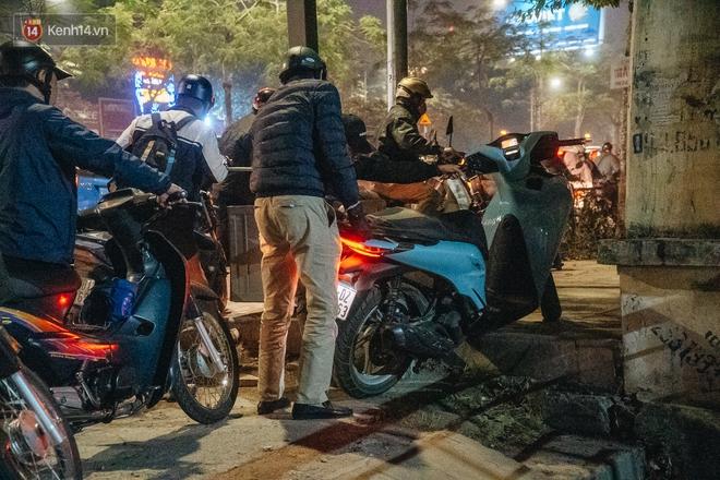 Ảnh: Người dân phi xe ào ào lên vỉa hè để tránh tắc đường, Chủ tịch Hà Nội yêu cầu xử lý nghiêm - Ảnh 11.
