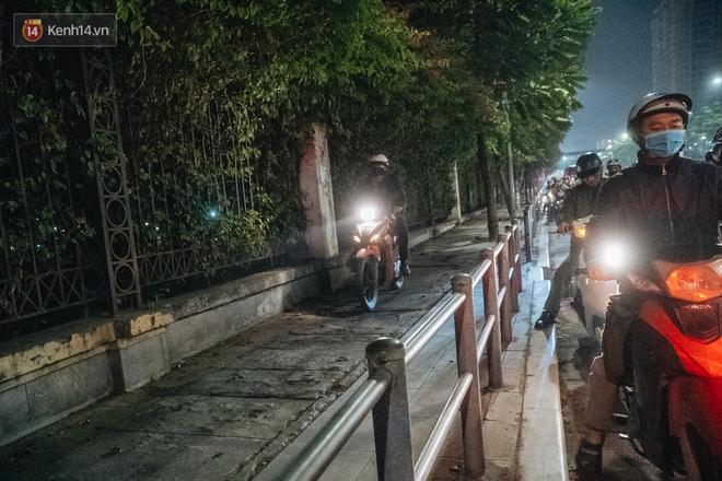 Ảnh: Người dân phi xe ào ào lên vỉa hè để tránh tắc đường, Chủ tịch Hà Nội yêu cầu xử lý nghiêm - Ảnh 13.
