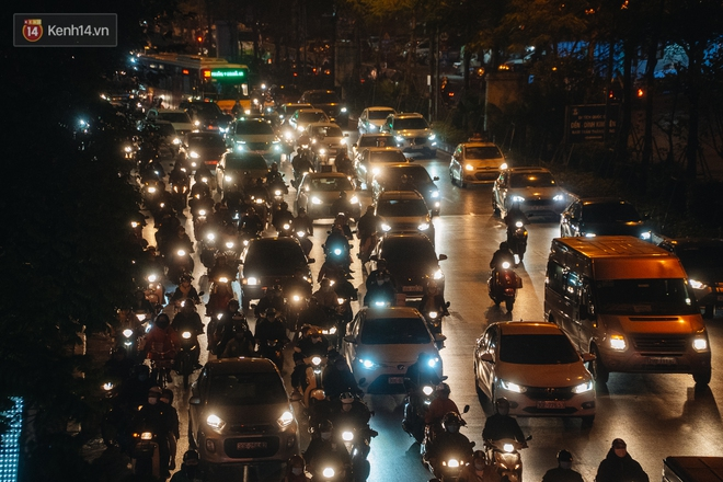 Ảnh: Người dân phi xe ào ào lên vỉa hè để tránh tắc đường, Chủ tịch Hà Nội yêu cầu xử lý nghiêm - Ảnh 5.