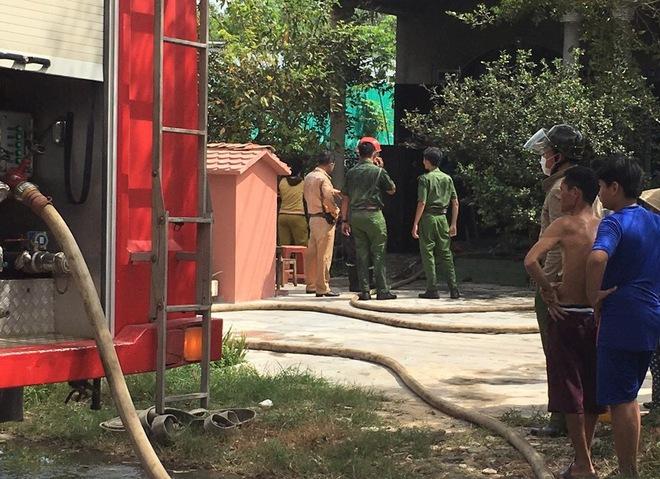 Xúc động hình ảnh chiến sĩ CSGT quân phục ướt sũng, nhuốm bẩn sau khi tham gia chữa cháy ở Tây Ninh - Ảnh 2.