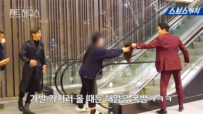 Bà cả Lee Ji Ah hiện hồn báo thù, hớn hở nhìn tiểu tam Eugene bị còng tay ở hậu trường Penthouse - Ảnh 2.