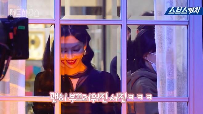 Bà cả Lee Ji Ah hiện hồn báo thù, hớn hở nhìn tiểu tam Eugene bị còng tay ở hậu trường Penthouse - Ảnh 3.