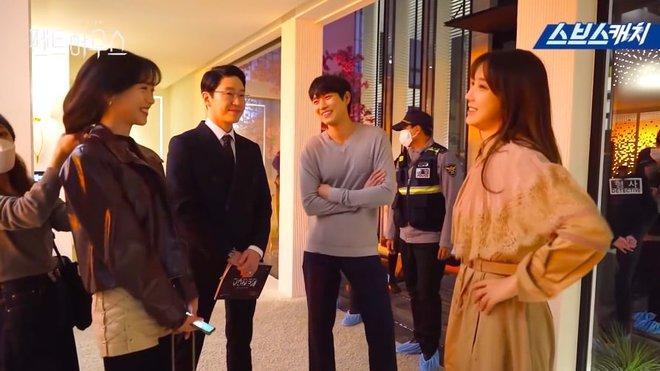 Bà cả Lee Ji Ah hiện hồn báo thù, hớn hở nhìn tiểu tam Eugene bị còng tay ở hậu trường Penthouse - Ảnh 7.