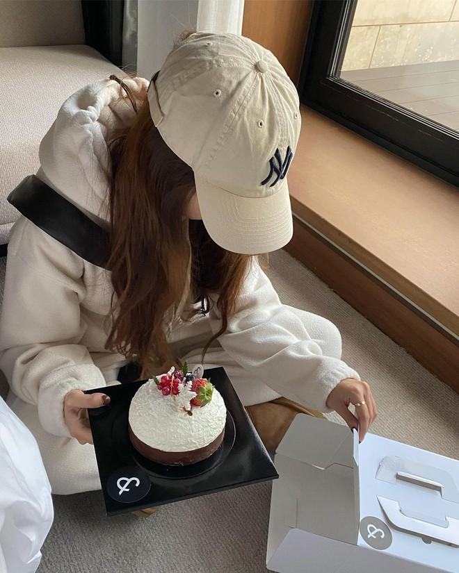 """Không phải beret hay mũ len, mũ lưỡi trai mới chính là phụ kiện """"đinh"""" cho mọi bức hình của hội gái Hàn - Ảnh 3."""