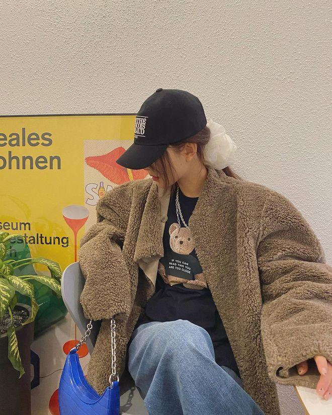 """Không phải beret hay mũ len, mũ lưỡi trai mới chính là phụ kiện """"đinh"""" cho mọi bức hình của hội gái Hàn - Ảnh 1."""