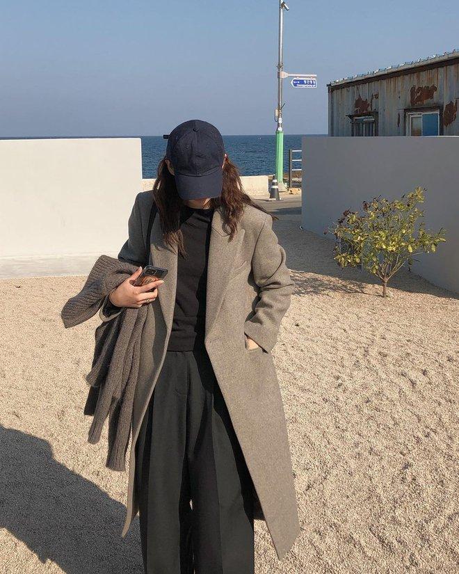 """Không phải beret hay mũ len, mũ lưỡi trai mới chính là phụ kiện """"đinh"""" cho mọi bức hình của hội gái Hàn - Ảnh 2."""