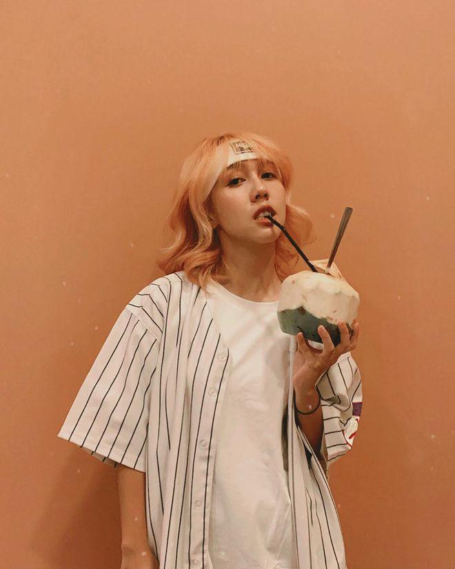 Năm 2020 của Hậu Hoàng: Từ thánh nữ nhạc chế sang hát nhạc chính chủ, tự mở lối riêng với Comedy MV - Ảnh 2.