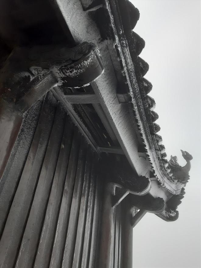 Trầm trồ trước khung cảnh băng tuyết tuyệt đẹp bao phủ chùa Đồng trên đỉnh non thiêng Yên Tử - Ảnh 2.