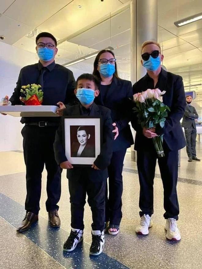 Việt Hương kể lại 30 tiếng đưa ca sĩ Phi Nhung về Mỹ, hình ảnh nâng niu tro cốt cố đồng nghiệp gây xúc động mạnh - Ảnh 7.