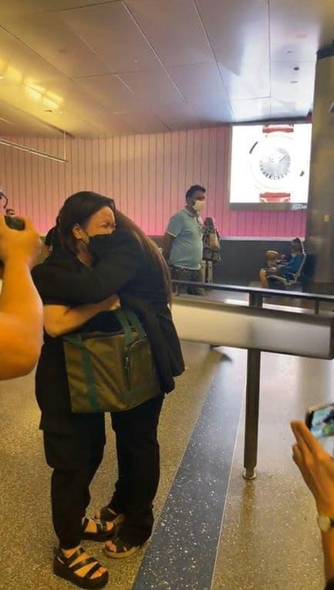 3 việc Việt Hương làm gây xúc động mạnh trên chuyến bay đưa tro cốt Phi Nhung từ Việt Nam về Mỹ đoàn tụ gia đình - Ảnh 7.