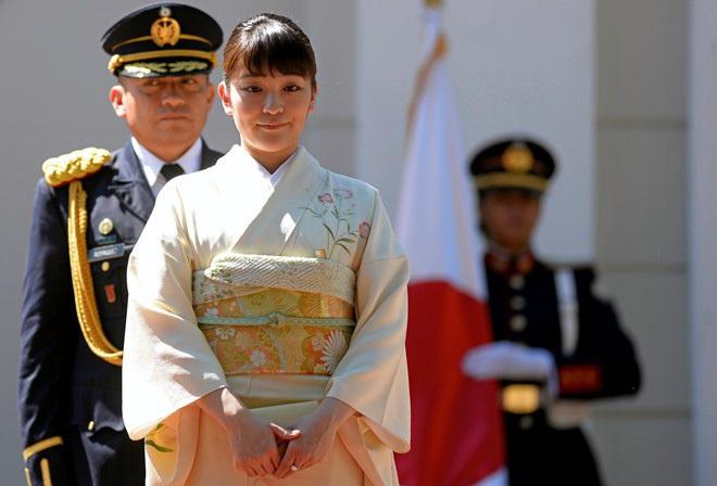 Công chúa Nhật khiến dân chúng buồn lòng vì cưới thường dân: Từng là viên ngọc quý được yêu mến giờ chỉ thấy gượng cười mỗi lần xuất hiện - ảnh 3