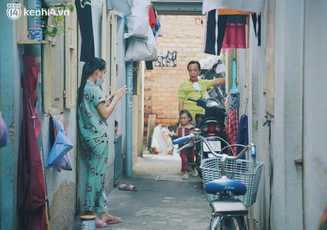 """Gặp chú chủ trọ cầm xấp tiền 200.000 tặng từng người thuê ở Sài Gòn: """"Bà con khổ quá rồi, mình có thì giúp thôi"""" - Ảnh 6."""