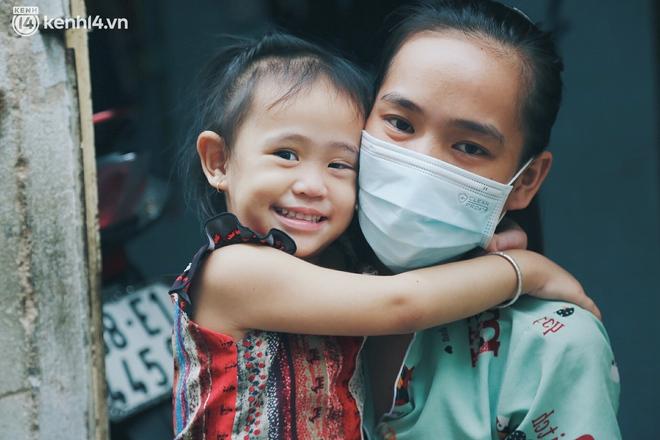 """Gặp chú chủ trọ cầm xấp tiền 200.000 tặng từng người thuê ở Sài Gòn: """"Bà con khổ quá rồi, mình có thì giúp thôi"""" - Ảnh 10."""