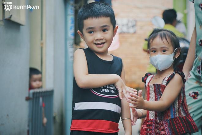"""Gặp chú chủ trọ cầm xấp tiền 200.000 tặng từng người thuê ở Sài Gòn: """"Bà con khổ quá rồi, mình có thì giúp thôi"""" - Ảnh 8."""
