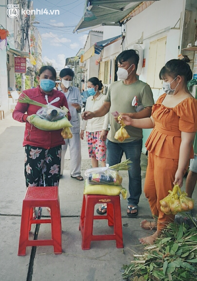 """Gặp chú chủ trọ cầm xấp tiền 200.000 tặng từng người thuê ở Sài Gòn: """"Bà con khổ quá rồi, mình có thì giúp thôi"""" - Ảnh 1."""