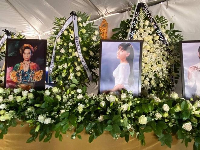 Cập nhật tang lễ cố ca sĩ Phi Nhung ở Mỹ: Con gái và cháu ngoại thất thần đội tang, NS Hồng Đào - Mạnh Quỳnh đến viếng! - Ảnh 13.