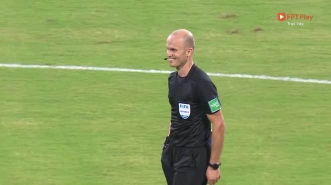 Trọng tài trận Việt Nam - Oman gây tranh cãi: Check VAR hết thanh xuân, cười nói hớn hở và đập tay với cầu thủ Oman - ảnh 1