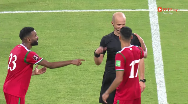 Trọng tài trận Việt Nam - Oman gây tranh cãi: Check VAR hết thanh xuân, cười nói hớn hở và đập tay với cầu thủ Oman - ảnh 4
