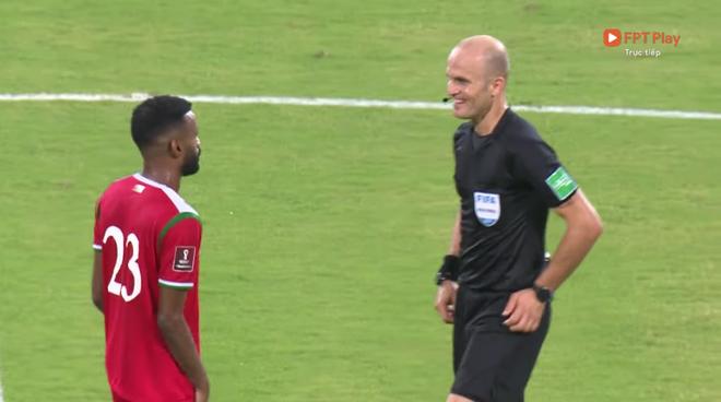 Trọng tài trận Việt Nam - Oman gây tranh cãi: Check VAR hết thanh xuân, cười nói hớn hở và đập tay với cầu thủ Oman - ảnh 2