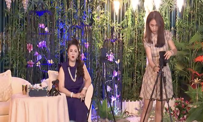 Bà Phương Hằng đang giao lưu bỗng có 1 cô gái đẹp xuất hiện, ghé tai thì thầm gì đó và chiếm sạch spotlight! - ảnh 1