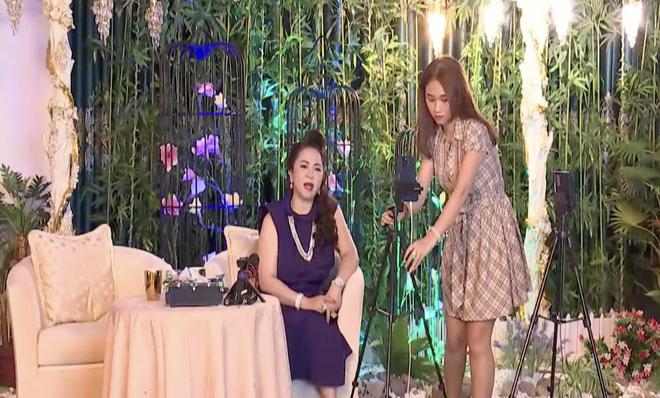 Bà Phương Hằng đang giao lưu bỗng có 1 cô gái đẹp xuất hiện, ghé tai thì thầm gì đó và chiếm sạch spotlight! - ảnh 3