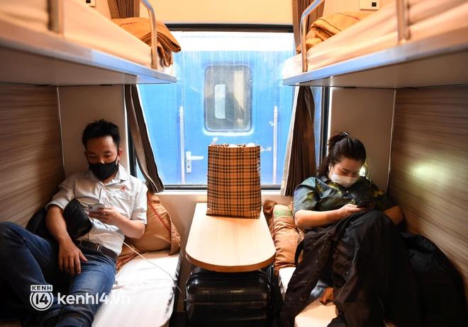 Hơn 100 hành khách đã khởi hành trên chuyến tàu đầu tiên vào phía Nam - Ảnh 16.